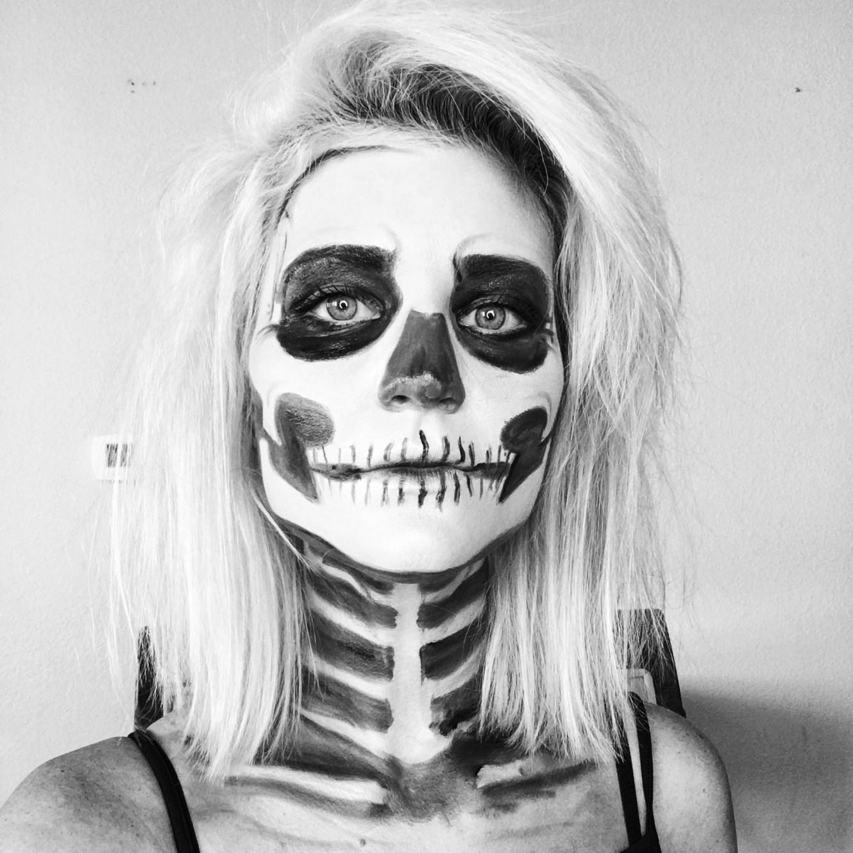 Картинка девушка с лицом скелета