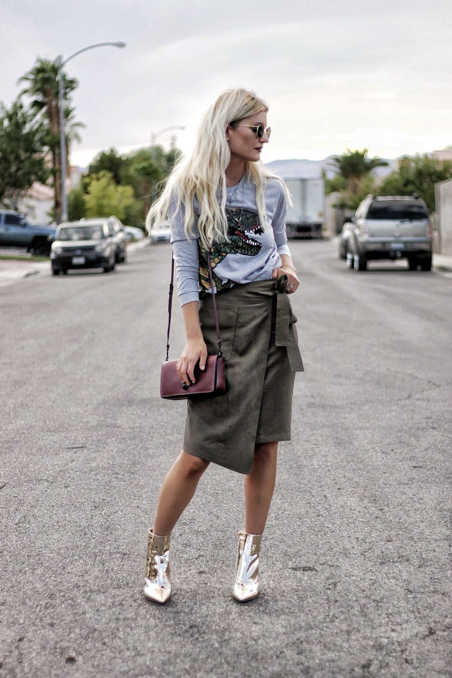 outfit roundup, 2017, 2018 style, fashion blogger, style blogger, beauty blogger, blonde hair, Las Vegas blogger, Lindsey Simon, The Nomis Niche, street style, casual style, feminine style, edgy outfit, outfit inspiration, how to wear, outfit ideas, spring style, gold boots, gold booties, t-rex, sweatshirt, coach, street style, blonde hair,