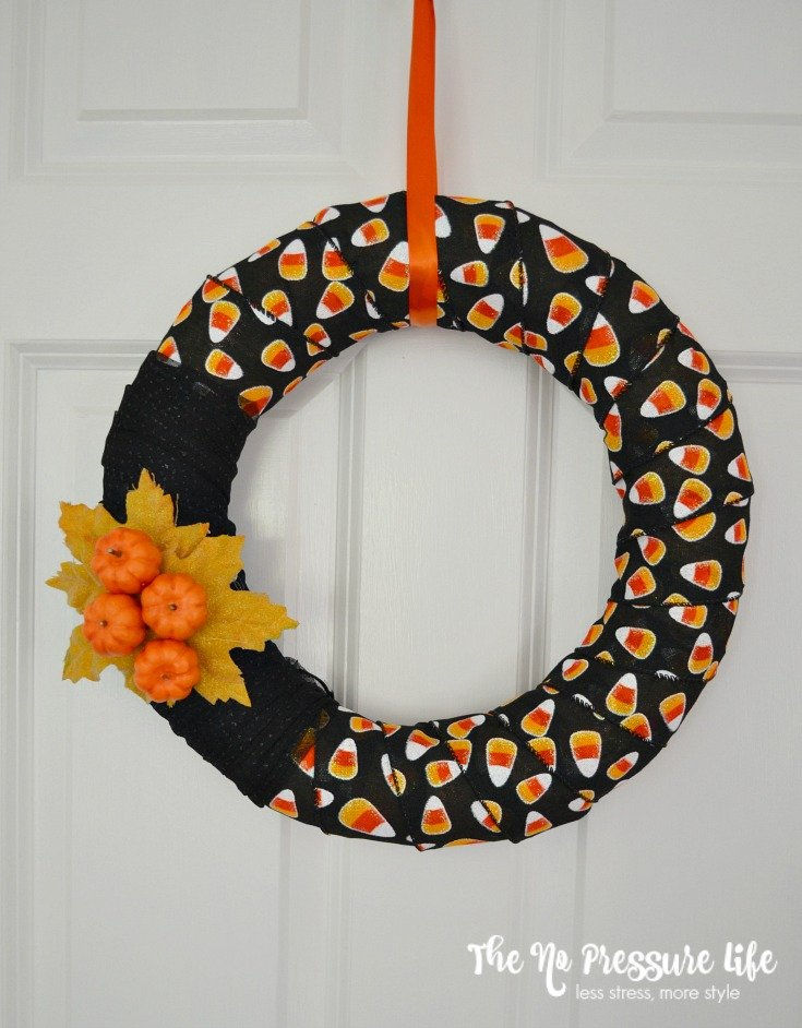 This modern Halloween wreath is an easy DIY fall craft, and a kid-friendly Halloween decoration for your front door. Get the tutorial at thenopressurelife.com.