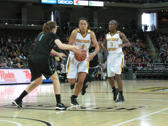 Mikayla+Terry+drives+to+the+basket+against+Stetson.+Terry+had+nine+points+in+the+loss