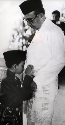 A young Nazir with his father, Malaysia's second prime minister, Tun Abdul Razak