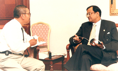 Zainon Ahmad interviewing Indian Finance Minister P Chidambaram on 27 March 1997 when he visited Kuala Lumpur