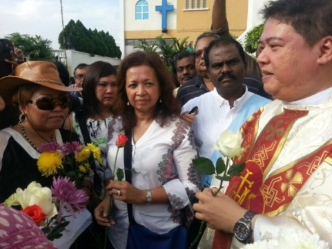 Datin Seri Marina Mahathir with Muslims  Muslims who turned up to support Christians at Our Lady of Lourdes Church in Klang on 5 Jan 2014 (Courtesy of Norhayati Kaprawi)