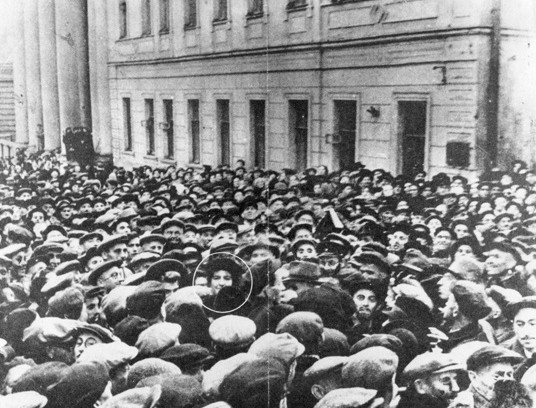 Golda Meir mobbed by ecstatic Jews in Moscow in 1948