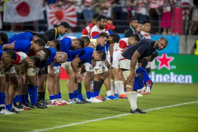 Captain Michael Leitch leads the Japan team in bowing to the crowd at full-time in their Rugby World Cup pool match against Samoa.
