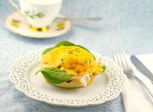 Eggs-Benedict-with-Red-Pepper-Artichoke-Hollandaise-and-Proscuitto-Recipe-1