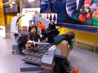 Aragorn, Frodo and Ringwraith in Attack on Weathertop LEGO set