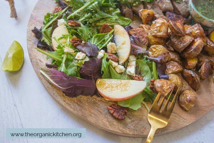 Un gros plan de la salade sur le Chimichurri Steak, Pommes de terre et Salade Board