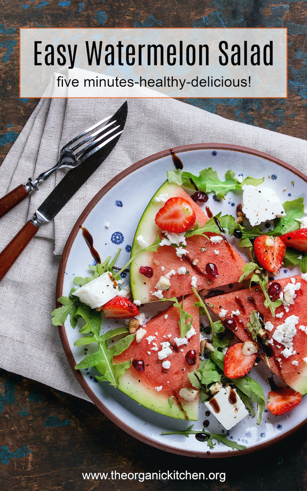 Salade de pastèque facile avec feta et légumes verts sur plaque bleue