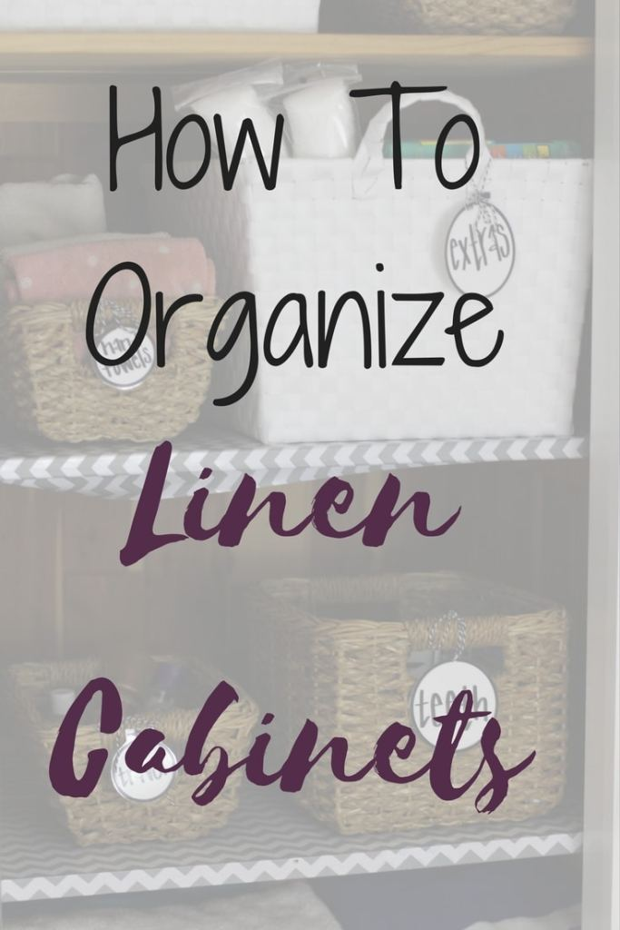 Easy tips for how to organize linen cabinets from a professional organizer. By keeping linens organized, you can find everything you need quickly and easily! #organized #linencloset