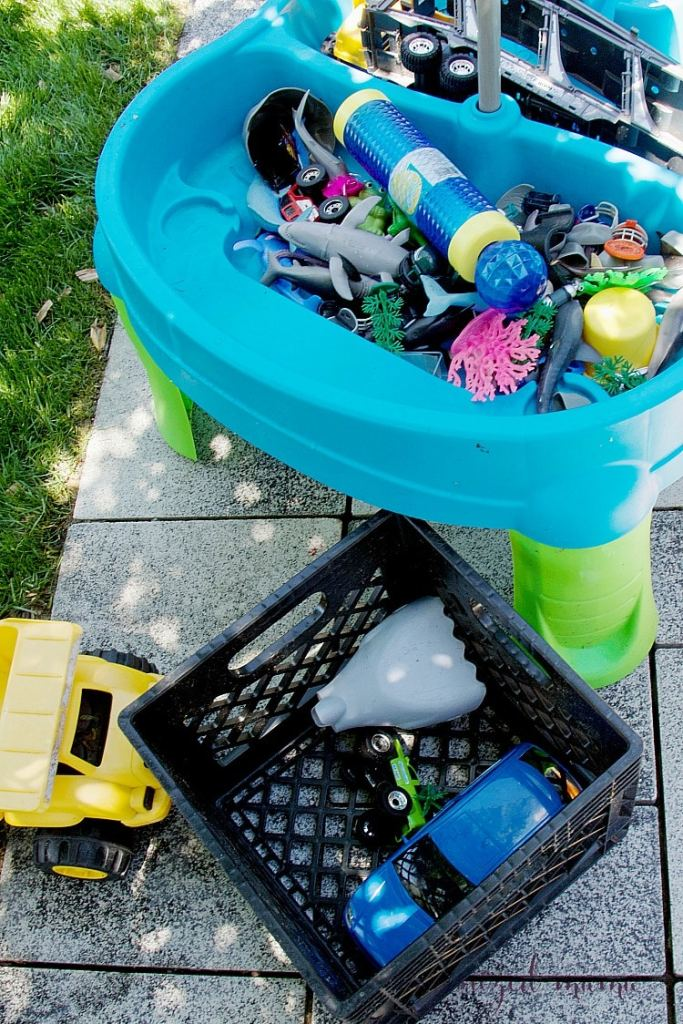 Professional organizer, The Organized Mama, shares her tips for how to organize your backyard with easy and tangible ideas that can work in any backyard space! #patio #organize #toys
