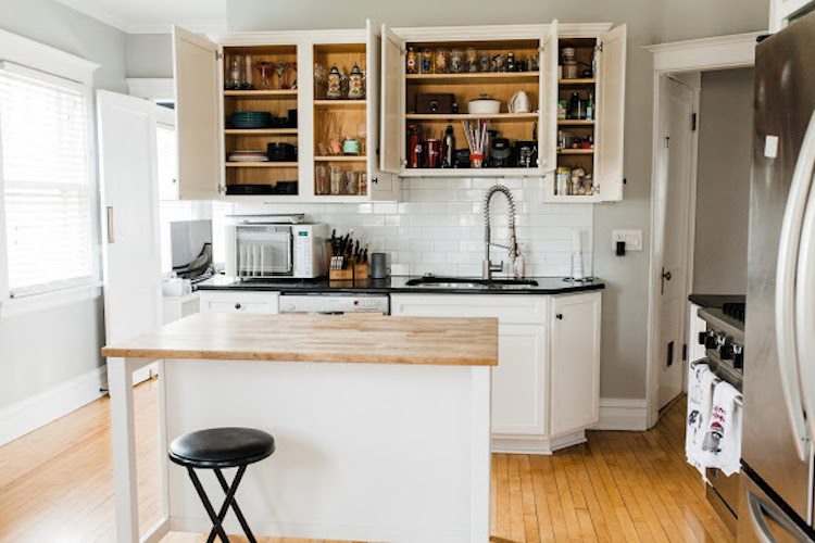Learn how to simply your home with effective tools from professional organizer, The Organized Mama. She breaks down her steps to simplify your home with ease! #simplify #organize