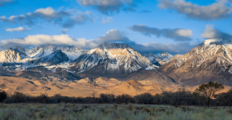 The view of the Sierra Nevada from highway 395 outside of Bishop, California. Mount Basin is located in the centre and Mount Tom on the right. The Eastern Sierra and the Ownes Valley is a magiical place.