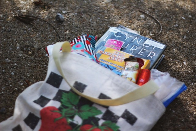 What's in my vintage strawberry tote bag? hannah rupp the outfit repeater
