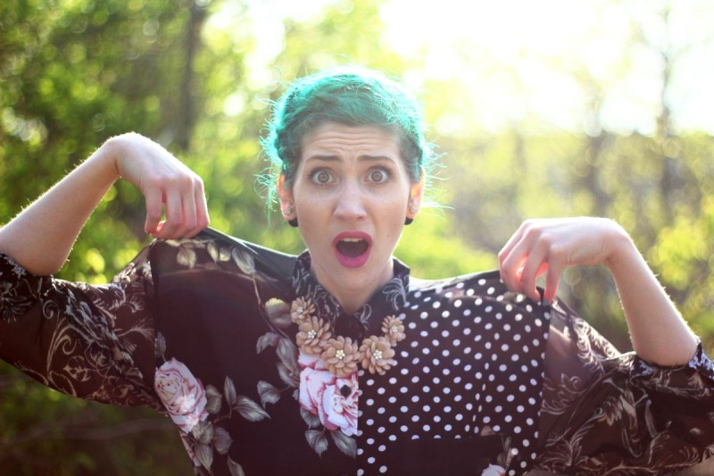 Mothers Day Outfit: pattern mixing blouse, beige floral necklace, green hair