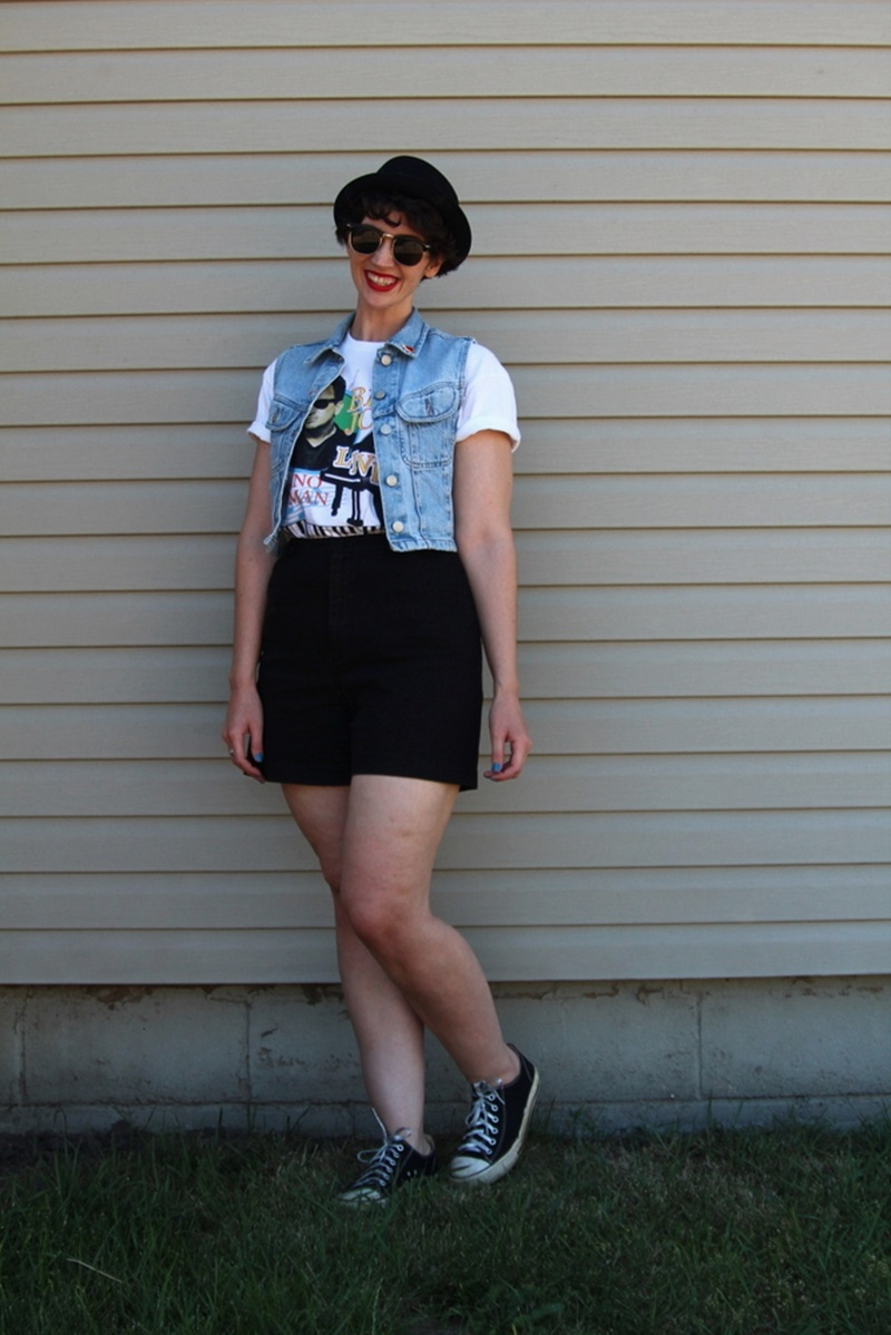 the outfit repeater hannah rupp billy joel concert green bay wisconsin lambeau field river of dreams t-shirt, shoes, asos pork pie hat, sunglasses, red lipstick colourpop bossy, converse sneakers tennis shoes