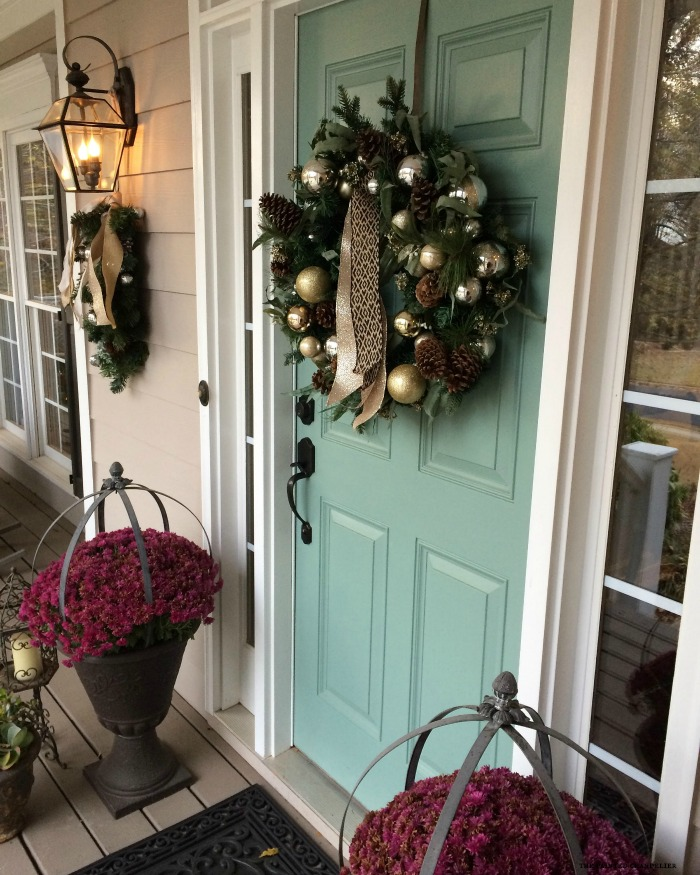 christmas-front-door-mums
