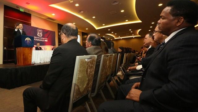 El presidented presenta su Proyecto de Descentralización a alcaldes, representantes, diputados, ministros y directores de entidades. Foto por la Presidencia.
