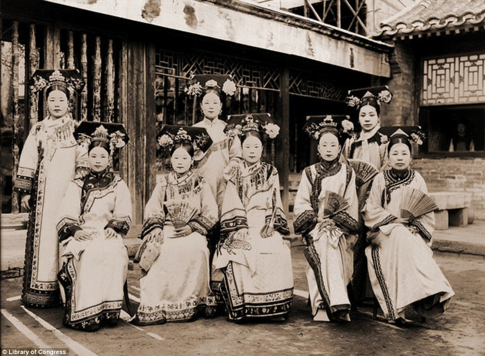 Ladies and concubines of the Qing palace, wearing qipaos characteristic of the latter Qing period with wide sleeves and high collars; photograph by Frank and Frances Carpenter