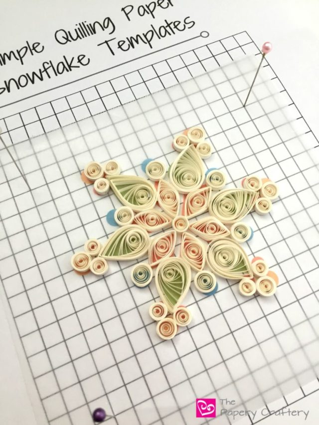 How to Make Quilling Paper Snowflakes _ Helpful tips and printable templates to DIY quilling paper snowflakes __ www.thepaperycraftery.com