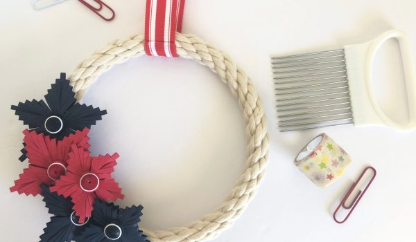 Red, White & Blue Quilling Comb Star Wreath ~ Patriotic stars and rope details makes the perfect simple summer wreath || www.ThePaperyCraftery.com