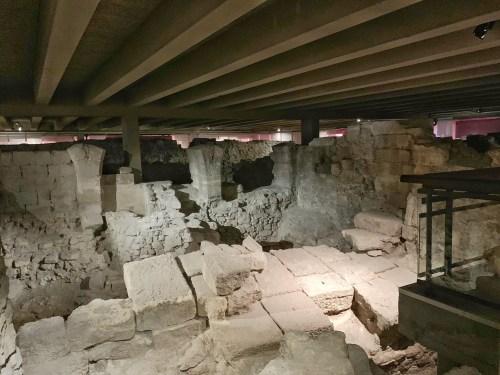 Crypte archéologique - vestige du premier rempart de Paris