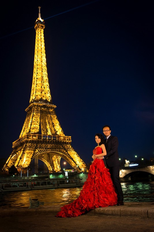Paris photographer for pre wedding photo session at Eiffel Tower