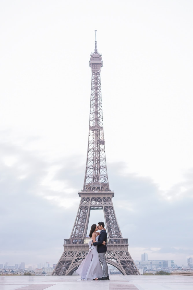 Couples photos at the Eiffel Tower