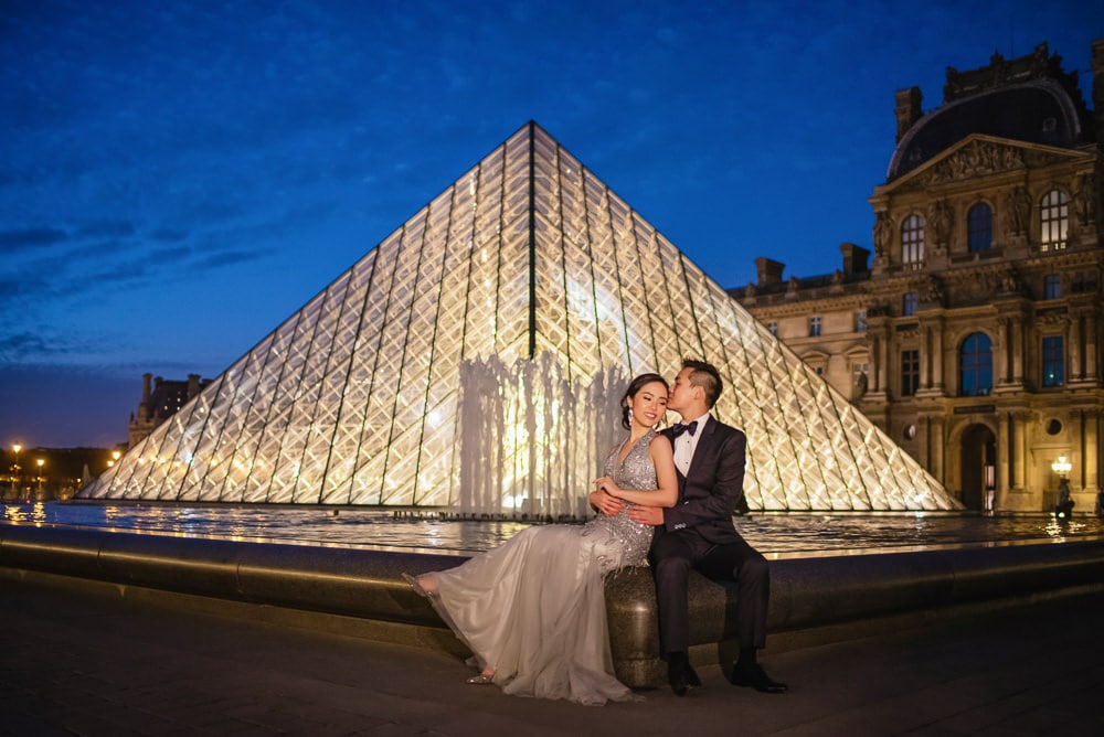 Paris pre wedding photographer - Night picture by the louvre pyramid