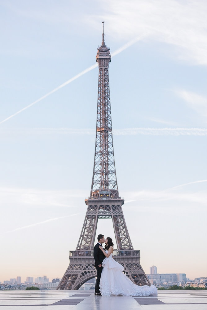 pre wedding photo by the eiffel tower