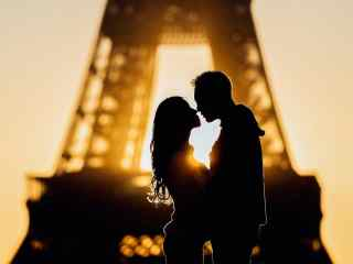 Couple photography ideas – Silhouette at sunrise with the Eiffel Tower in the background