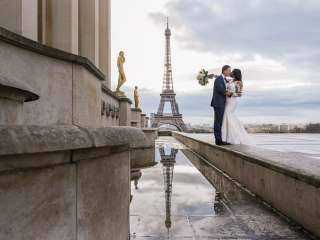 Couple photography ideas – Wedding picture at the Eiffel Tower with reflection of the tower in water puddle