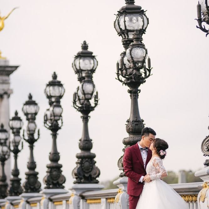 Parisian photographer - pre wedding photos on the Alexander 3 bridge