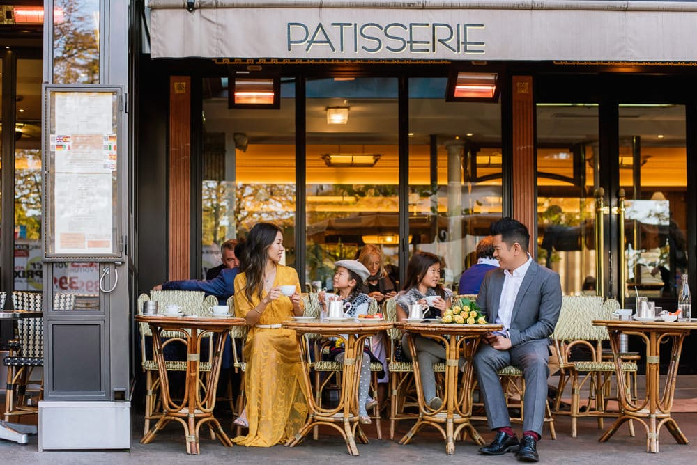 family photo shoot in paris in a parisian café