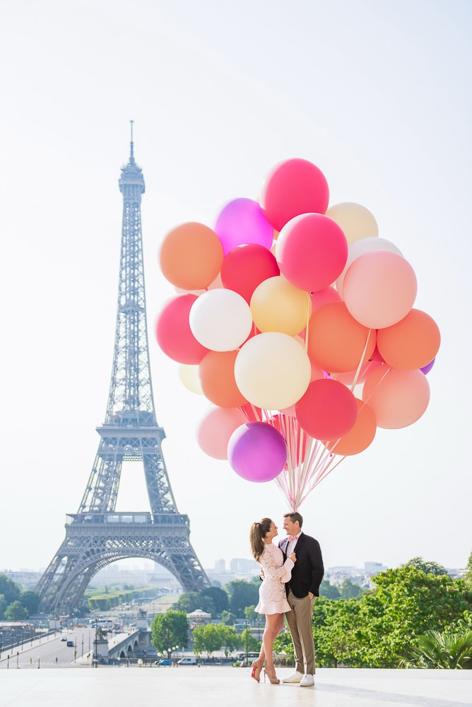 Couple photo shoot in Paris with colorful balloons