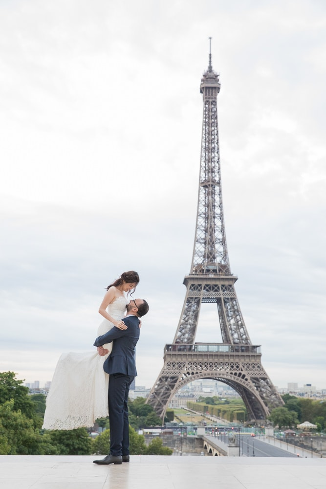 The perfect pose in front of Eiffel for wedding photos in paris