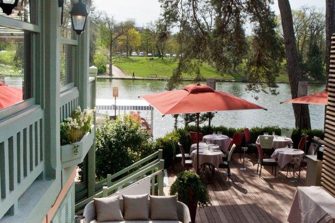 Chalet des Iles - A quaint restaurant in the middle of a lake inside Paris