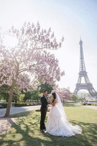 Trocadero gardens as a ceremony spot for an Eiffel Tower wedding