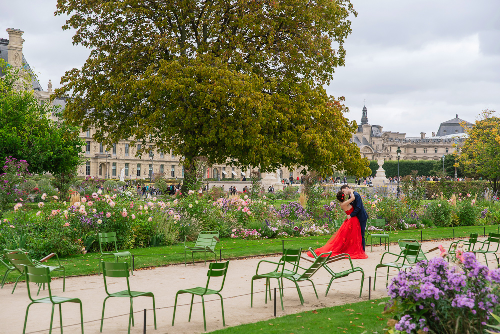Parisian photographer captured pre wedding photo in Tuileries Gardens