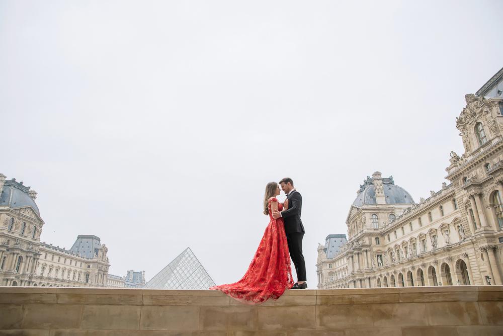 Winter wedding photoshoot in paris with Pierre the Paris Photographer