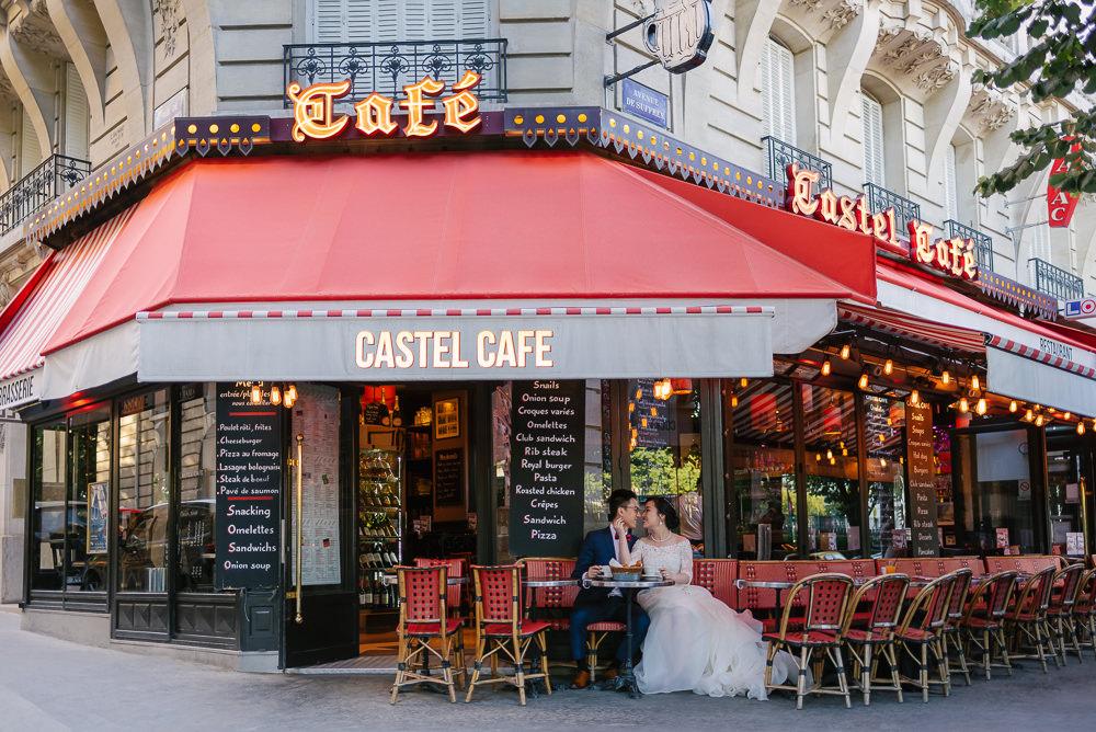 Bride and groom sitting in a café in Paris