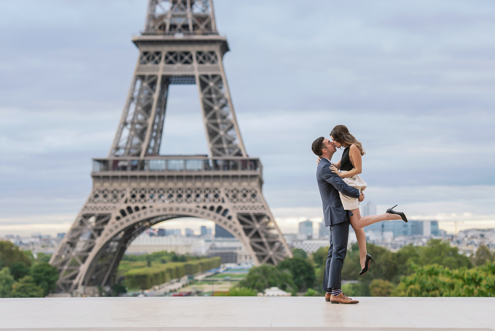 Couple-kissing-in-front-of-the-Eiffel-Tower