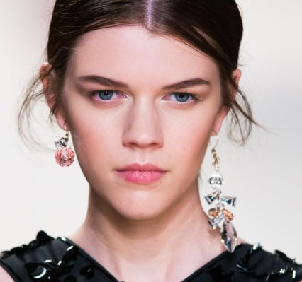 Paris-Fashion-Week-Coverage-Mismatched-Earrings-Nina-Ricci-Spring-2015-Accessories-011-640x600