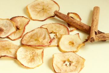 Super Healthy Apple Chips - thepetitecook.com