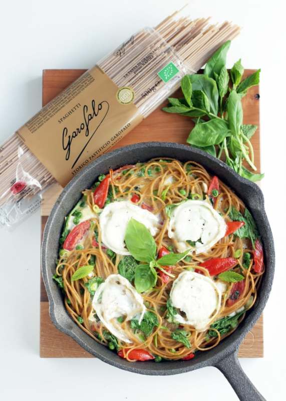 Use leftover cooked spaghetti to make this light Italian-inspired spaghetti frittata with fresh healthy ingredients - A great vegetarian option for breakfast, brunch, lunch or dinner!