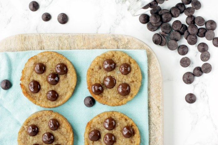 3-Ingredients Chocolate Chips Cookies - These genius cookies are ready in 15 mins and with natural ingredients only! Gluten-free and dairy-free
