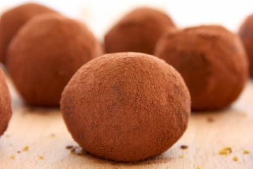 These Superfood-Packed Vegan Truffles are made with only 2 ingredients! Plus, they're awesomely healthy, vegan and gluten-free! Recipe by thepetitecook.com