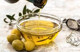 There are so many health benefits of using olive oil in your diet. Extra virgin olive oil is more than just a condiment, is a precious fuel for our bodies. Learn more about it on thepetitecook.com