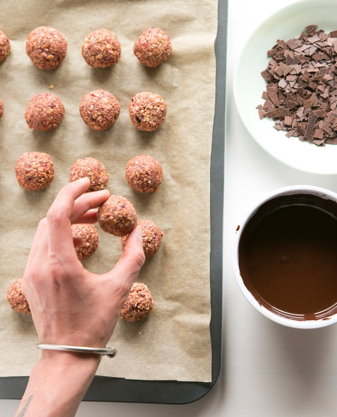 These 3-Ingredient Granola & Chocolate Energy Balls are perfect for busy mornings - Get all the taste of a breakfast cereal bowl packed in a decadent, gluten-free no-bake energy ball! Recipe by The Petite Cook - www.thepetitecook.com