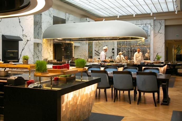 the bank brasserie open kitchen at park hyatt vienna